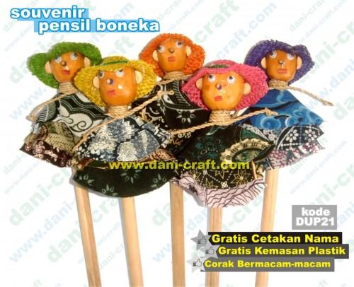 souvenir pensil boneka